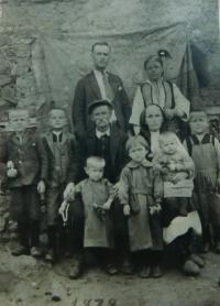 Rodina Popovská (rodiče Vasilis a Evgenie, prarodiče, děti Pandelis, Illias, Christos, Elefteria, Christina a Sofie) v roce 1939 v obci Prasino v Řecku