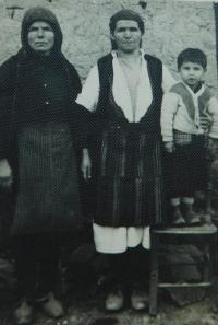Vlevo matka Evgenia Popovská v obci Prasino v Řecku