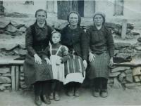 Vpravo matka Evgenia Popovská v obci Prasino v Řecku