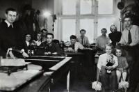 Krejčovská firma strýce Miloslava Konečného / na snímku vlevo / Gertruda Ješonková s panenkou / Ostrava / asi 1945
