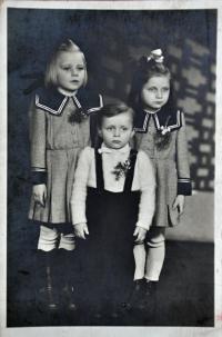 Gertruda Ješonková / vlevo / s bratrancem Milanem a sestřenicí Milenou Konečnými / Ostrava / asi 1948
