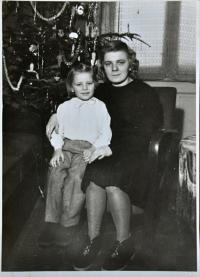 Gertruda Ješonková s matkou Lýdií Talagovou / Ostrava / asi 1948