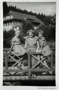 Gertruda Ješonková / vlevo / s matkou Lýdií a sestřenicí Milenou Konečnou / Luhačovice