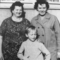 Tomáš Šponar, 1974, s pratetou, (vlevo) která za války ukrývala židovskou holčičku a s babičkou, která za války byla vězněna