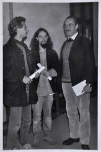 Jan Král / 1. zleva / s Karlem Schwarzenbergem v divadle ve Wroclawi během hudebního festivalu nezávislé hudby / 4. listopad 1989