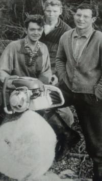 Jako dřevorubec (vpravo), 1963