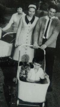 S kočárkem na procházce, Aš 1966