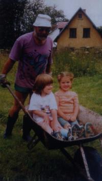 Vzácný náklad tříletých vnuček, Podhradí 1999