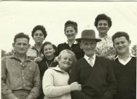 Celá rodina, Edita vľavo hore s vyplazeným jazykom