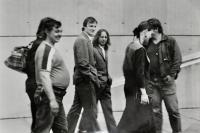 Zdeněk Pika ve skupině disidentů během happeningu u památníku Ostravsko-opavské operace v Hrabyni / léto 1989