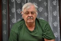 Zdeněk Pika v okně svého bytu v Mánesově ulici čp. 8 / Opava / duben 2017