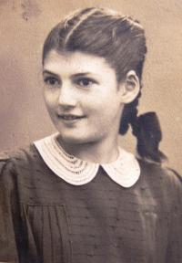 Dvanáctiletá Judith Marosi. Fotografie z bat micva. 1941.