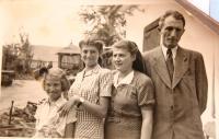 rodina Marosi před odjezdem do koncentračního tábora. Zprava tatínek, maminka Blanka, Judith, Noemi. 1944.