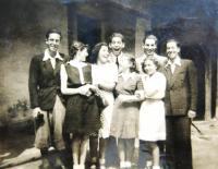 členové skupiny Makabi Hacair: zleva Josef Markstein, Judith Marosi (s otočenou hlavou), neznámá, Daniel Weiss, Chava Barmat, Eva Weissová, nahoře dva neznámí chlapci. Poválečné foto.