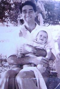 Moshe Königsberg s prvorozeným synem. Nedatováno.