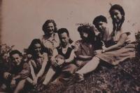 Letní tábor hnutí Makabi Hacair: Miriam (přezdívkou Mia) Abeles třetí zprava. Škrdlovice, léto 1947.