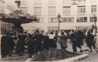 """Členové židovských sionistických hnutí před bratislavským divadlem tancem """"hora"""" oslavují založení státu Izrael. Bratislava, květen 1948."""