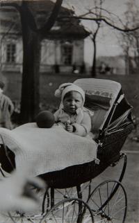 Jana Dubová před rodným domem (1927)
