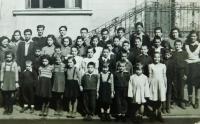 Druhá zprava v první řadě Irini Tcapasová s dalšími dětskými uprchlíky z Řecka v dětském domově v Albánii v roce 1948