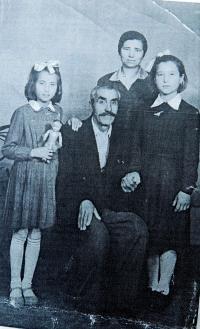 Irini Tcapas (Bulgurisová) s matkou, sestrou a dědečkem v roce 1954 po příjezdu z dětského domova v Maďarsku