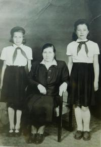 Irini Tcapas (Bulgurisová) se sestrou Vasiliki a matkou Evgenii v roce 1956 po příjezdu do Vrbna pod Pradědem