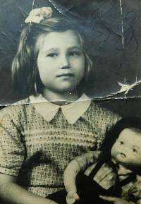 Irini Tcapas (Bulgurisová) v dětském domově v městečku Fehérvárecsurgó v Maďarsku v roce 1951