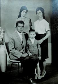 Vpravo nahoře Irini Bulgurisová (Tcapas) se sestrou Vasiliki, bratrem Apostolem a bratrancem v roce 1963