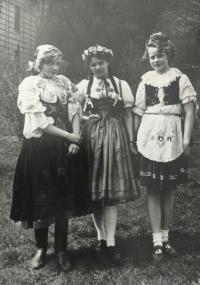 1. máj 1954 na Petříně v krojích (L. Václavová vlevo)