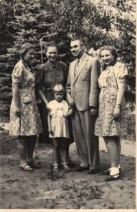 Praha 1943 ve Strašnicích zleva Milada, matka Berta, otec Ladislav a Marta, vpředu sestra Ludmila