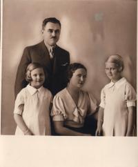 Bělehrad  1936 zleva Marta, matka Berta a sestra Milada, otec Ladislav