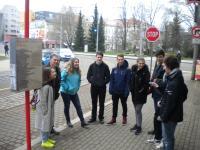 Jiří Fajmon se studenty na tramvajové zastávce signatářů Charty 77 v Liberci