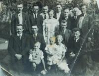 Muži z obce Wehowitze v Todtově organizaci. Otec uprostřed nahoře a úplně vlevo dole jeho bratr dvojče