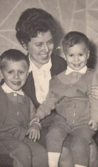 Hana Šlechtová se syny Markem a Vítem, cca 1965