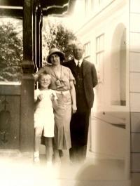 Vladimír s matkou a otcem, kolem roku 1928