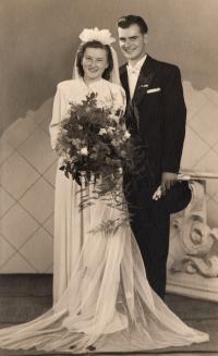 Svatební foto Jaroslavy a Jaroslava Doležalových 2, rok 1943