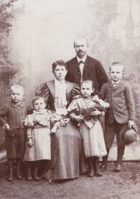 Bohuslav Vlček, otec pamětnice s rodinou, okolo roku 1895