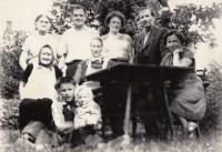 Jaroslava Doležalová s rodinou a rodina Wilhelmových, rok 1960