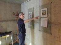 Michal Hron ukazuje ezpozici v synagoze v Liberci
