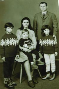 Sterios Kiriazopulos s manželkou a dětmi