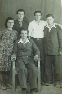 Bývalí vojáci Řecké demokratické armády v Taškentu. Bratr Petros uprostřed