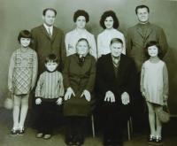 Rodina Kiriazopulosova. Nahoře bratr Petros s manželkou a Sterios Kiriazopulos s manželkou. Dole rodiče a děti