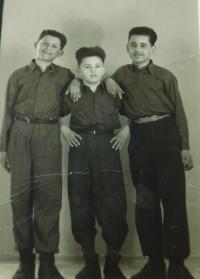 Vlevo Sterios Kiriazopulos s kamarády v Maďarsku v roce 1950