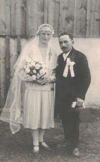 Svatební fotografie rodičů Hedviky Bartschové