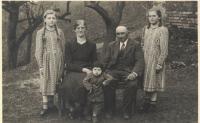 Rodinná fotografie, zleva: sestra Angela, matka Ludmila, bratr Gottfried, otec František a Hedvika v roce 1940