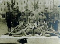 Druhý zleva otec Konstantin Karger asi v roce 1923 na vojně v Kroměříži