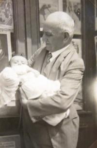 Hanka Neumannová with her grandpa Jindřich Kačer. 1930.