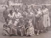 Se školní třídou z hospodářské školy asi rok před maturitou (1955 nebo 1956), Blau v prostřední řadě vpravo