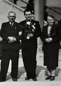 Leo Ulmann in the middle / Květoslava's birth brother/ graduation at the faculty of veterinary medicine in Brno / 1950s / Květoslava's birth father Eustach Ulmann on the left / his second wife on the right