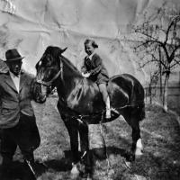 Květoslava Blahutová / nevlastní otec Josef Kubica / hříbě Hanče / asi 1939