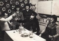 1976, s rodiči, sestrou a malířem Georgiem